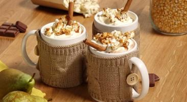Chocolat chaud caramel poires, chantilly et pop corn aux épices